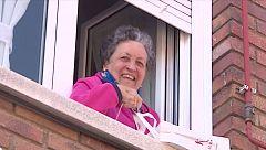 Una lectora de 81 años autoconfinada recibe los libros de la biblioteca a domiciliio