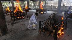 Cremaciones masivas en Nueva Delhi: La India sufre el mayor número de casos de COVID-19 del mundo con récord de muertes