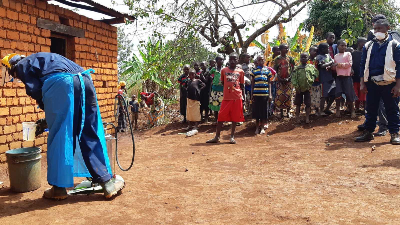 """Nuevas estrategias para luchar contra la malaria: """"¡Ven, ven y rocía todo, que no quiero más malaria en casa!"""""""