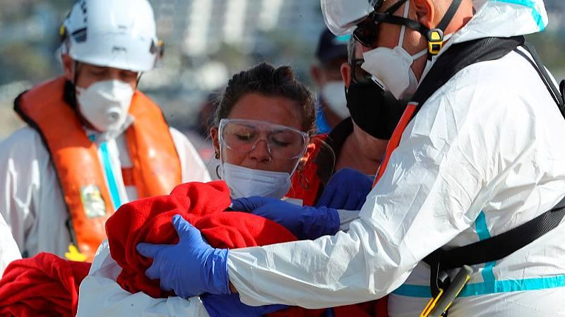 Salvamento Marítimo rescata una patera con un bebé recién nacido