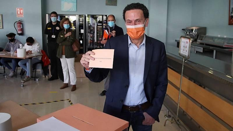 El candidato de Ciudadanos, Edmundo Bal, vota en el centro cultural Alfredo Kraus