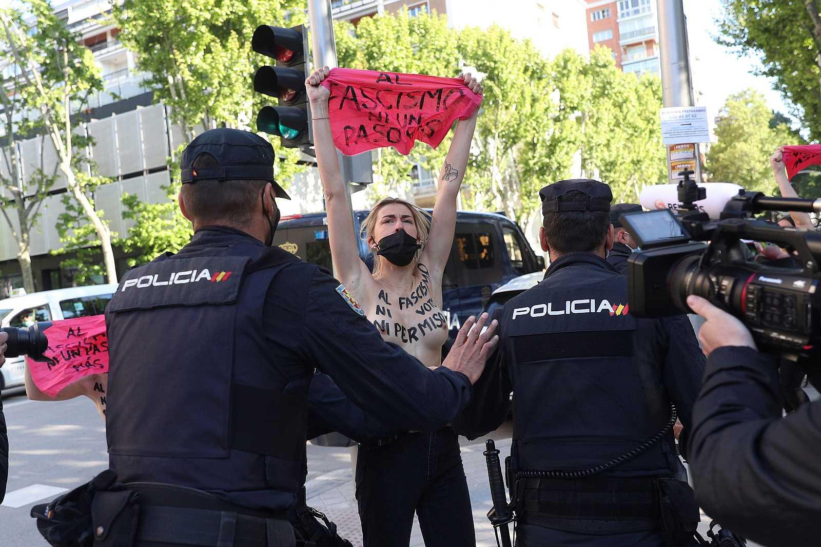 Activistas de FEMEN protestan en el colegio electoral de Monasterio