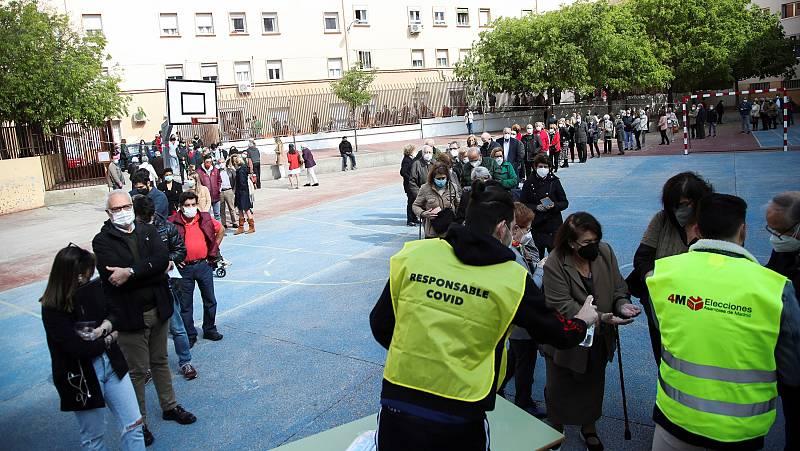 Largas colas en los colegios electorales de la Comunidad de Madrid