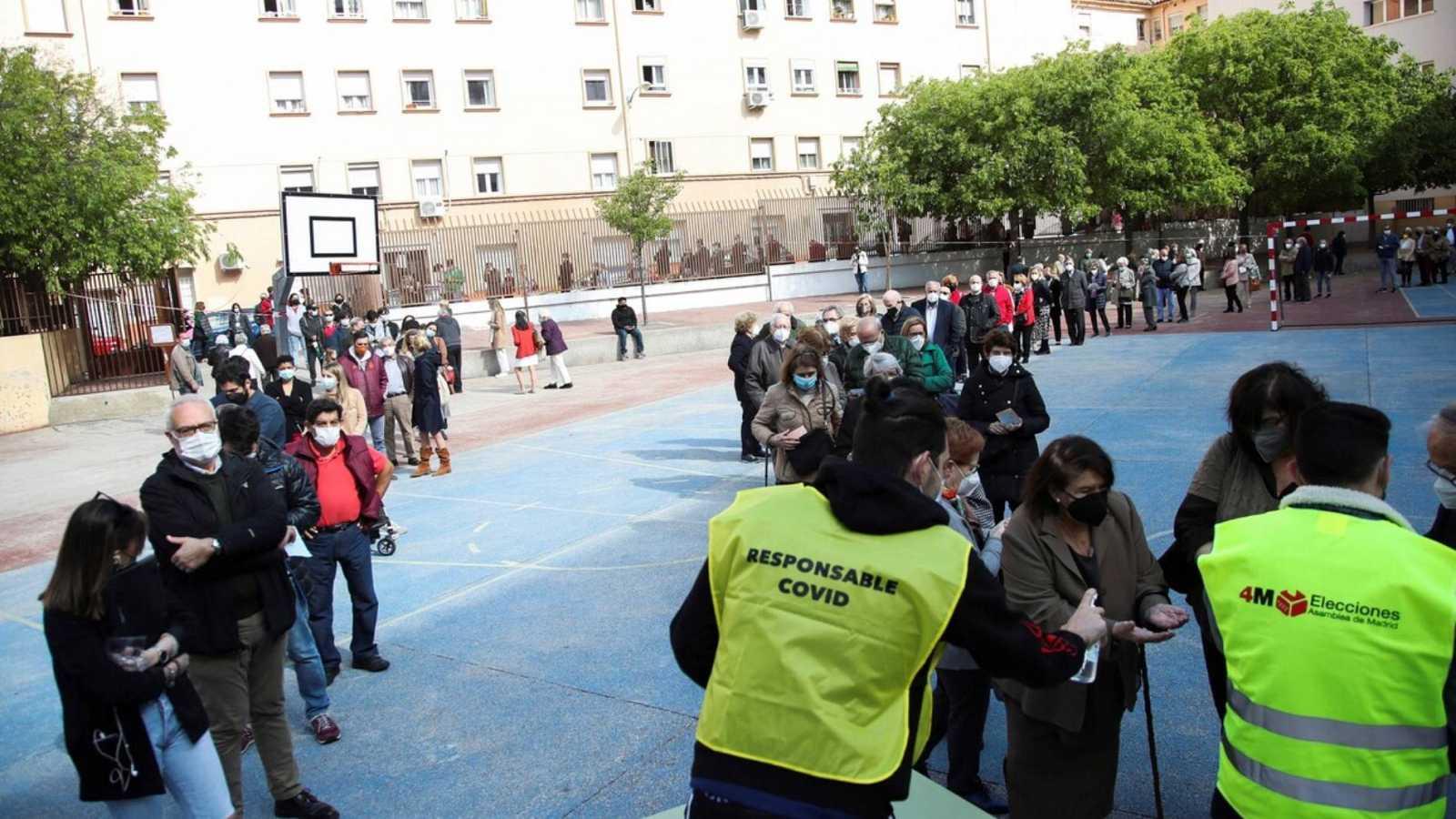 Largas colas en los colegios electorales para votar a primera hora de la mañana