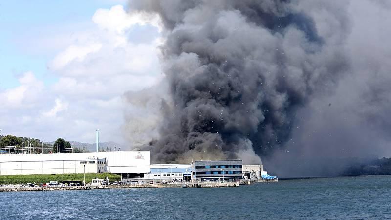 Incendio en las instalaciones de la conservera Jealsa en Boiro