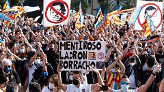 Miles de seguidores del Valencia se manifiestan contra la gestión de Peter Lim
