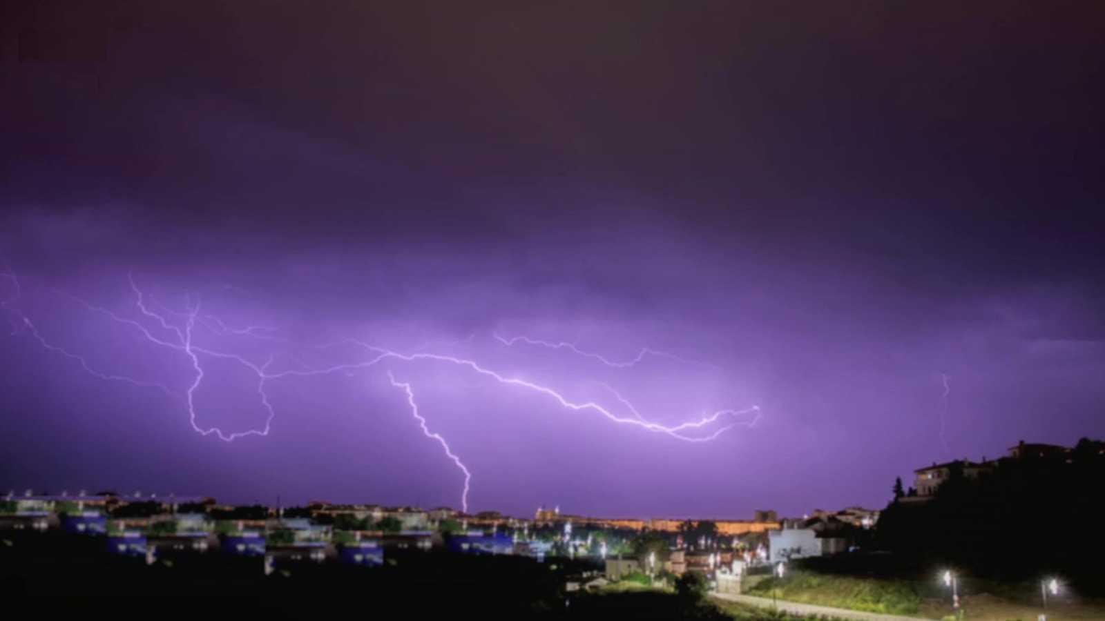 Precipitaciones localmente fuertes o persistentes en el oeste de Galicia, Pirineo, sistema Ibérico oriental y Comunidad valenciana, sin descartar el interior sudeste, acompañadas de tormenta - ver ahora