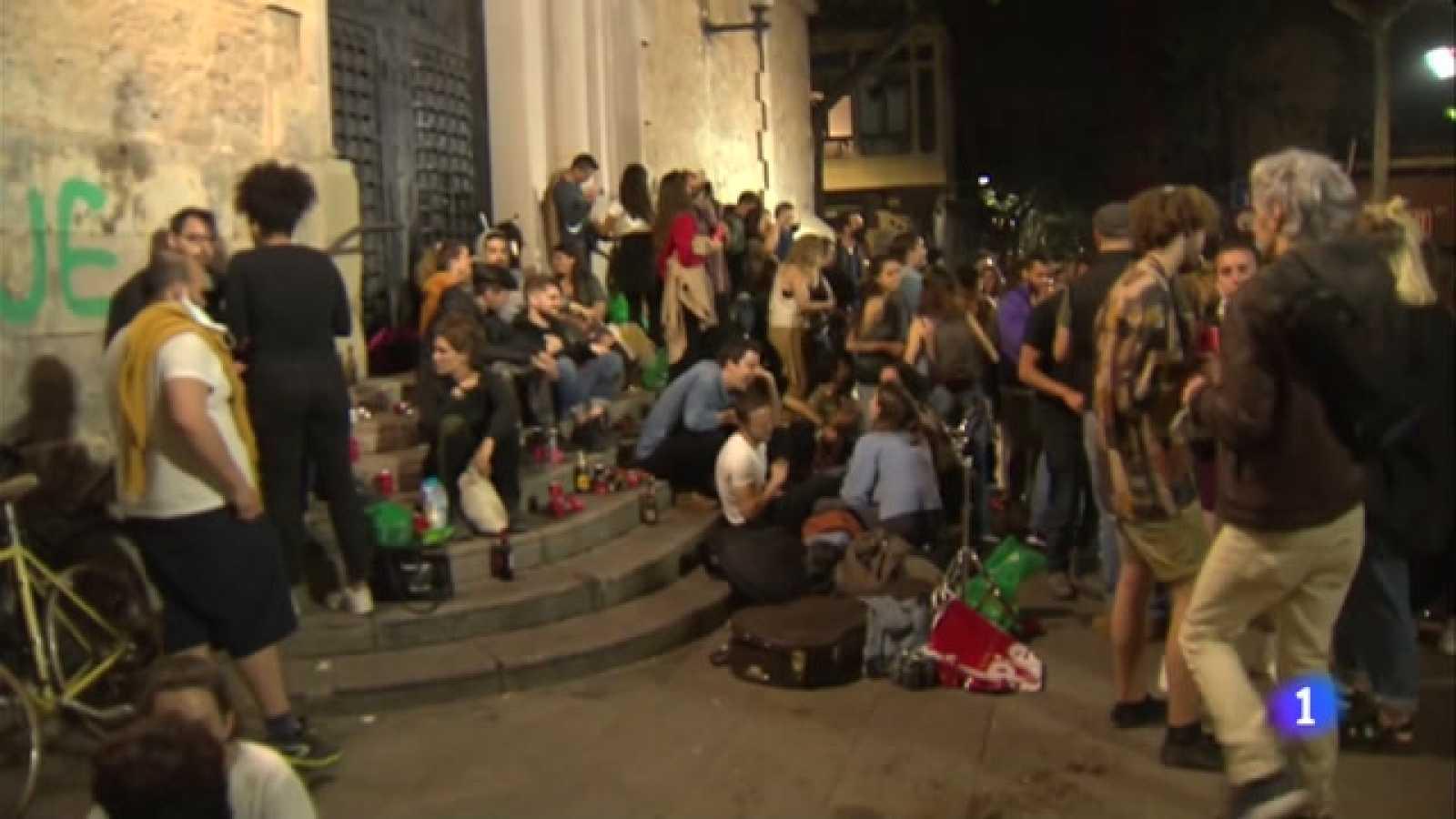 Celebracions massives al carrer per celebrar la fi del toc de queda