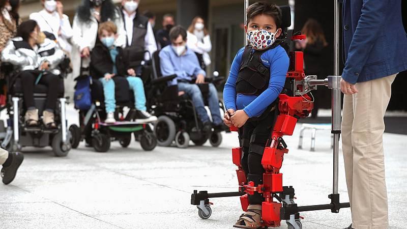 El CSIC presenta el primer exoesqueleto pediátrico del mundo con certificado europeo