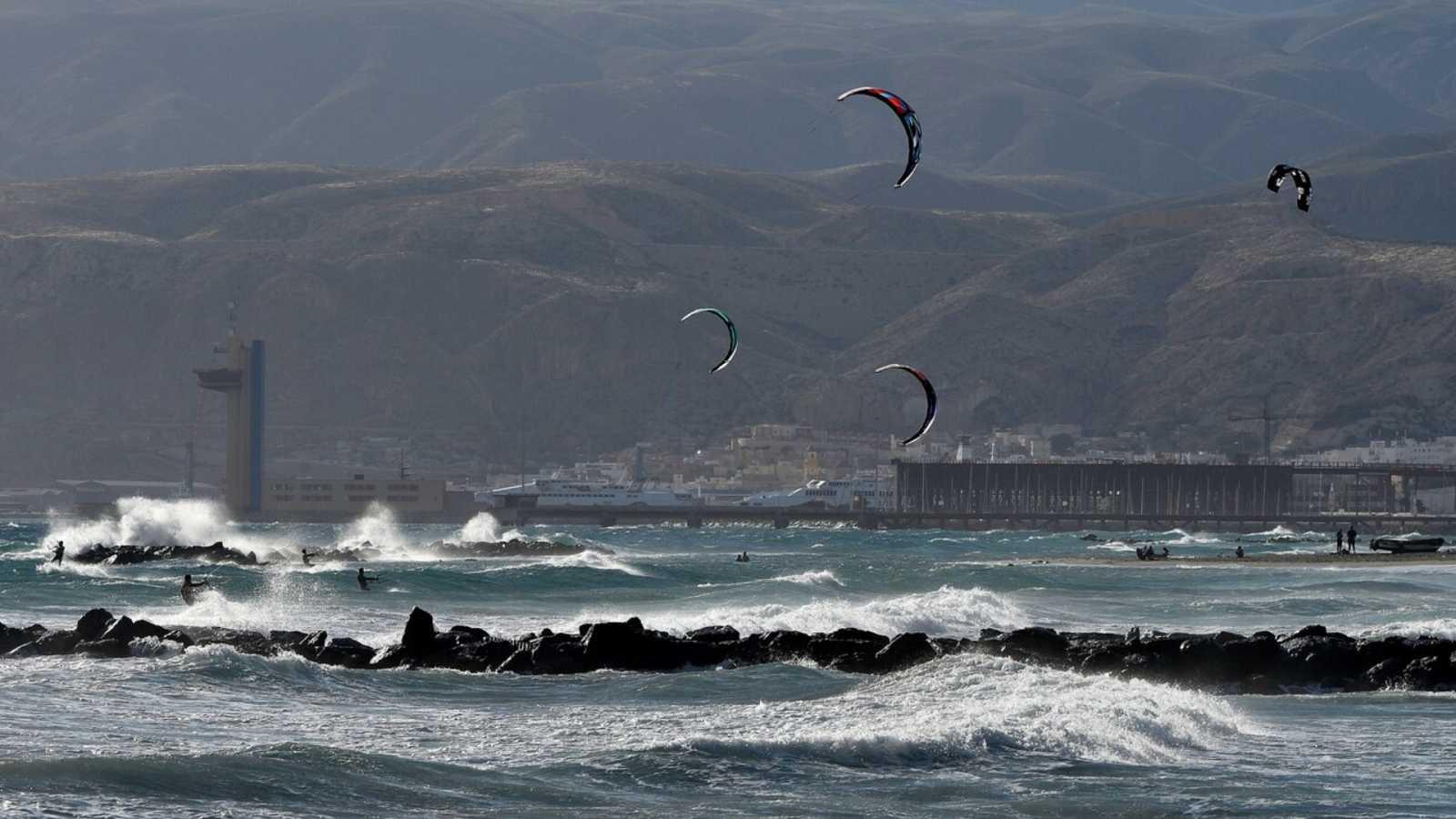 Intervalos de viento fuerte en Galicia, Cantábrico y Canarias. Precipitaciones que podrían ser localmente fuertes y persistentes en el extremo oeste de Galicia - ver ahora