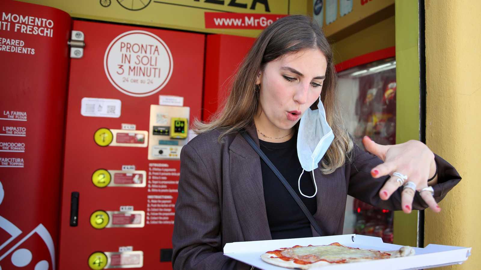 Una máquina expendedora prepara pizzas al instante