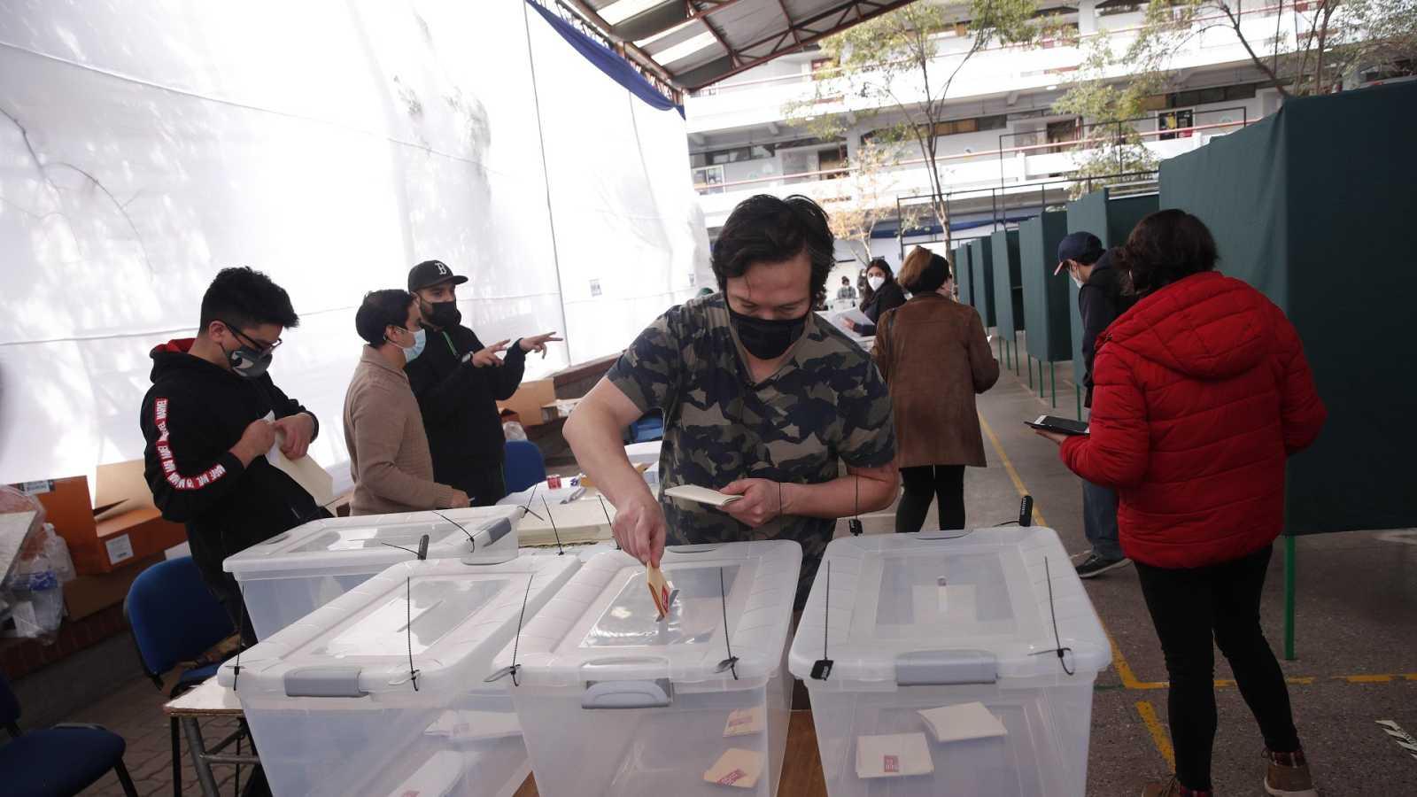 Los chilenos votan para elegir a las 155 personas que redactarán la nueva Constitución
