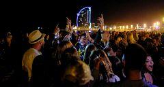 Noche de botellones y aglomeraciones en Barcelona pese a la pandemia