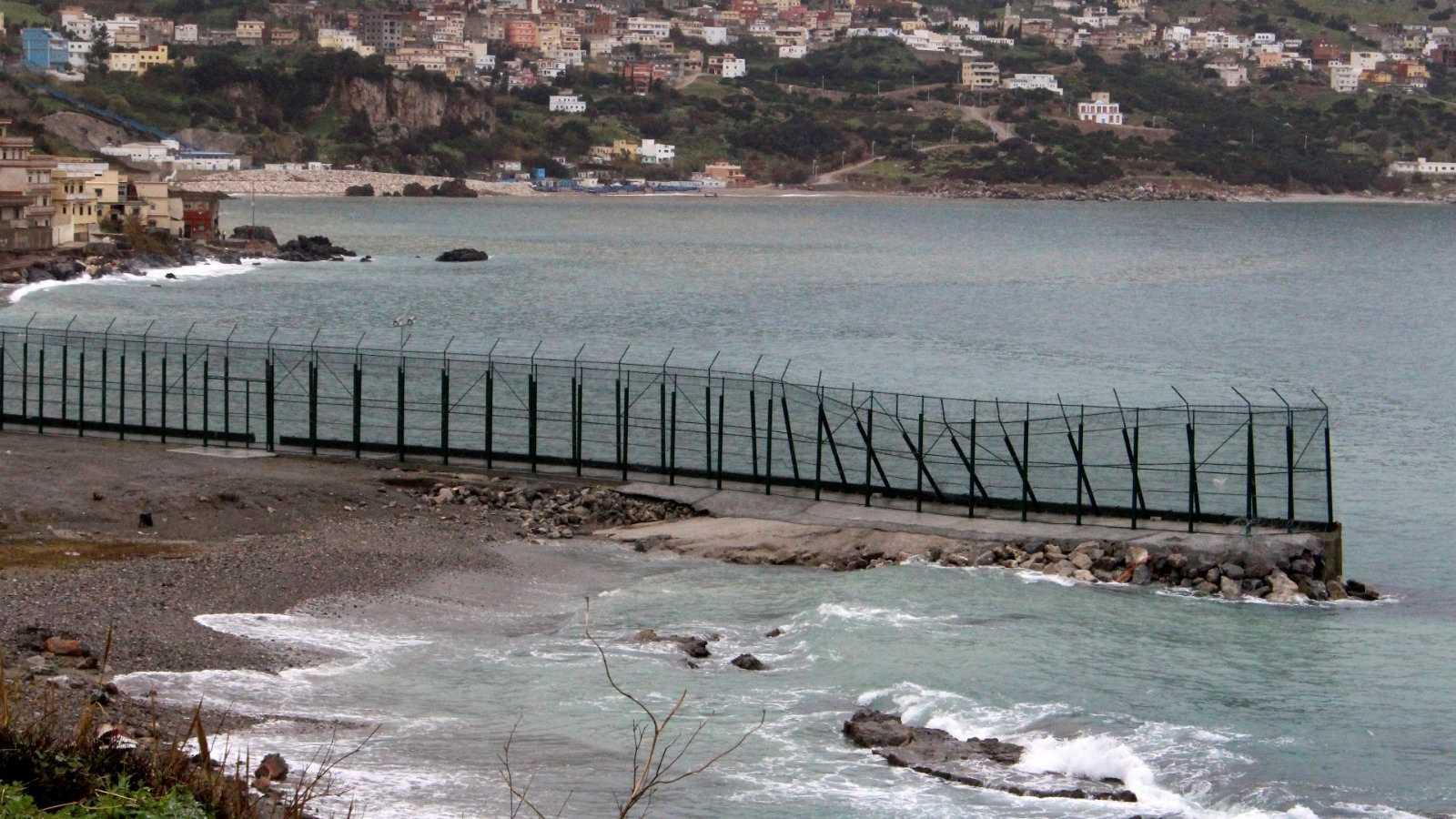 Un centenar de migrantes entran en Ceuta por el espigón