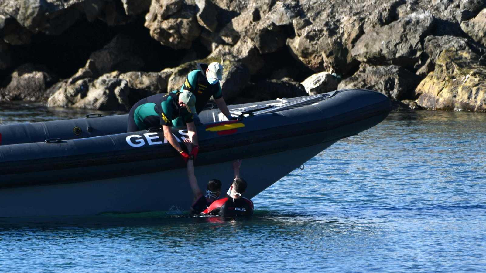 Más de un centenar de inmigrantes marroquíes entran en Ceuta a nado bordeando el espigón fronterizo