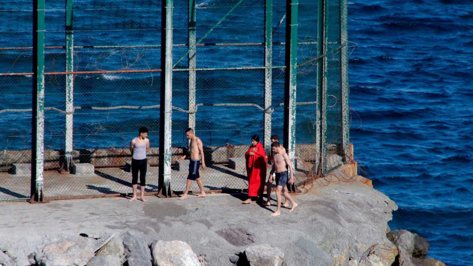 Cerca de 100 migrantes marroquíes han alcanzado Ceuta a nado