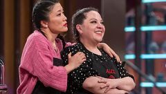 Alicia abandona las cocinas entre abrazos de María y Jiaping