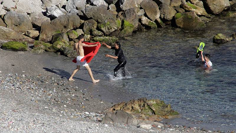 Más de 2.500 migrantes han llegado a las costas de Ceuta a nado y en balsa procedentes de Marruecos
