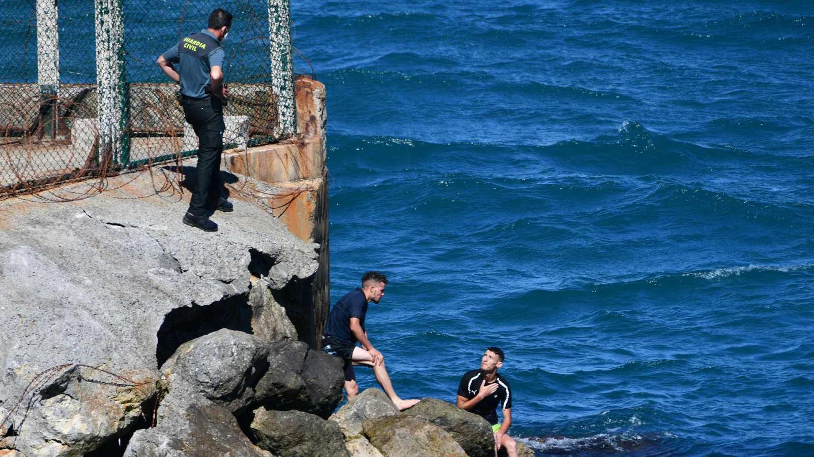 Cerca de 2.700 migrantes entran a nado y en balsas en Ceuta