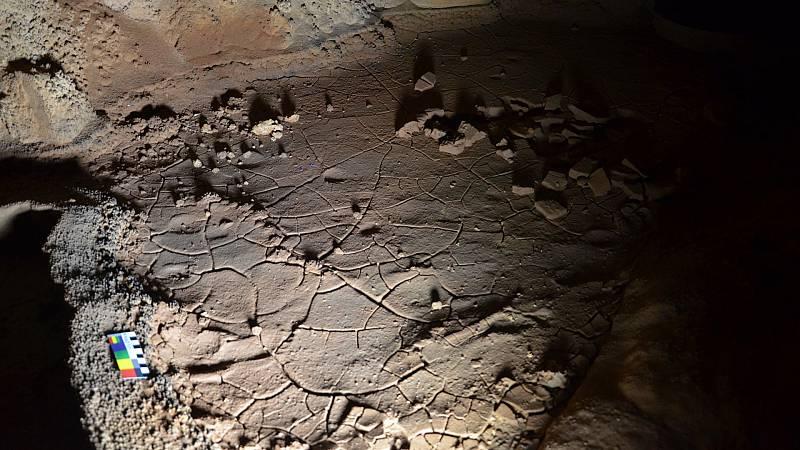 Las huellas quedaron impresas sobre el barro de una galería de difícil acceso