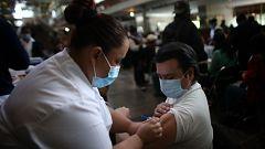 Sanidad y las comunidades autónomas estudian la estrategia para vacunar a los menores de 60 años que ya tienen una dosis de AstraZeneca