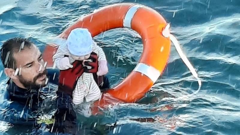 La historia detrás de la foto viral del Guardia Civil salvando a un bebé del mar