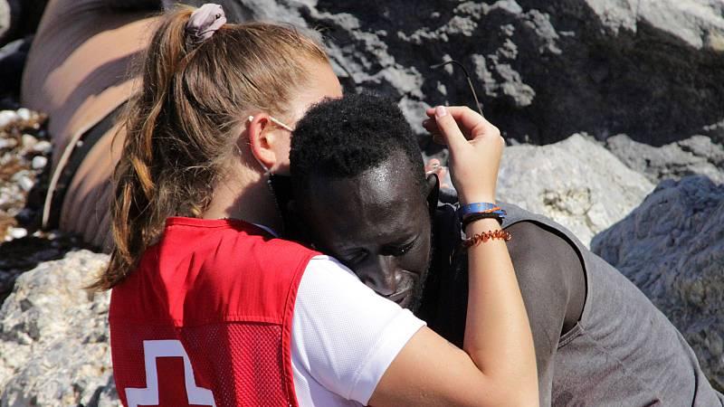 """El abrazo de la voluntaria de Cruz Roja y el migrante: """"Tengo grabada su mirada perdida"""""""