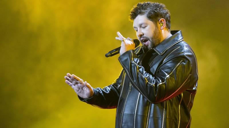 """Eurovisión 2021 - Reino Unido: James Newman canta """"Embers"""""""