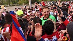 Los jugadores del Atlético se saltan el protocolo y celebran la Liga con los hinchas en Zorrilla
