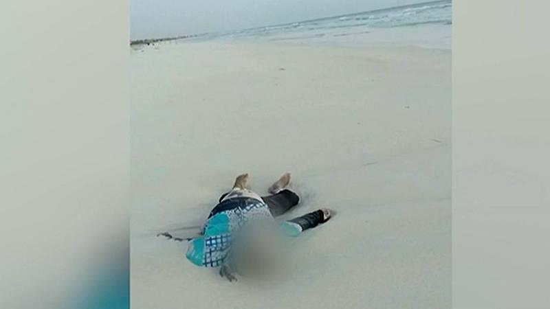 El mar arroja a una playa de Libia los cuerpos de niños migrantes