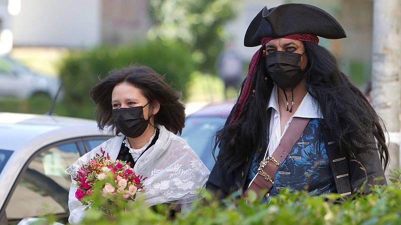 Boda solidaria y fuera de lo común entre una gallega y el 'Jack Sparrow' vigués