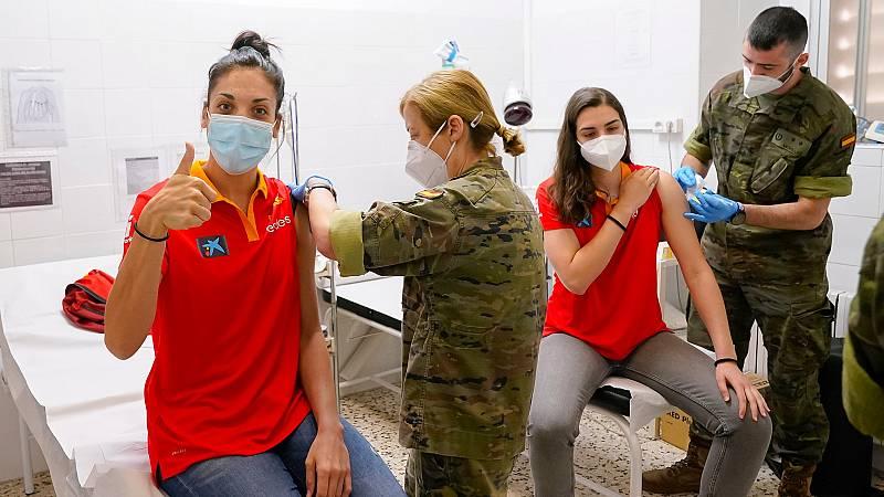 Las jugadoras de la selección de baloncesto se vacunan contra el COVID-19