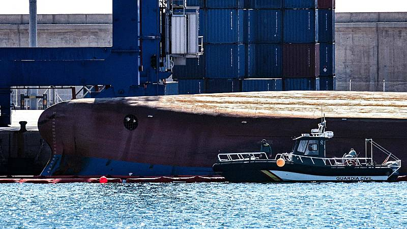 ¿Cómo pudo volcarse el buque de 79 metros en el puerto de Castellón?