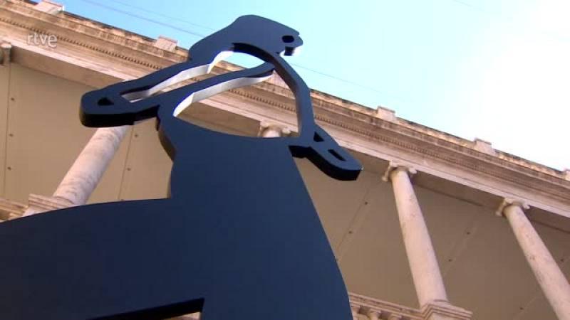 Las figuras humanas de Julian Opie ocupan el entorno y el interior de La Nau en Valencia, hasta el 19 de septiembre