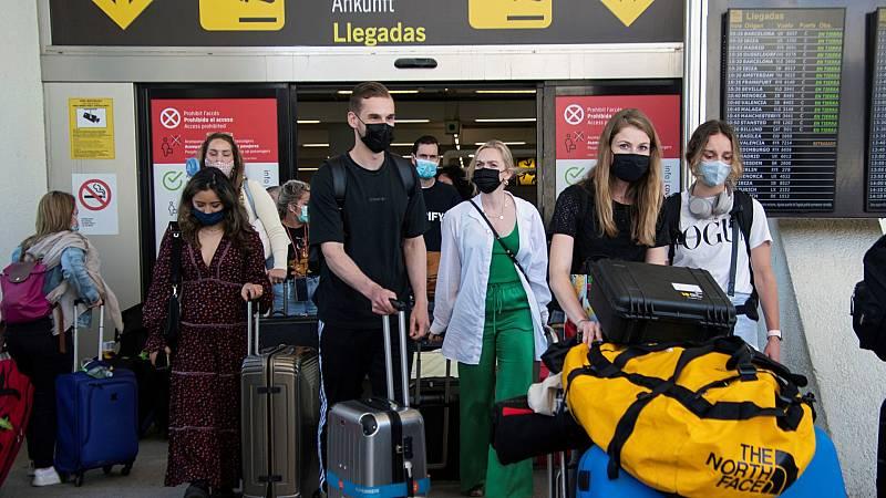 """Llegan los primeros turistas vacunados a España: """"Antes me pedían una PCR y me gastaba mucho dinero"""""""