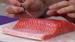 ¿Cómo quitar las espinas al salmón?