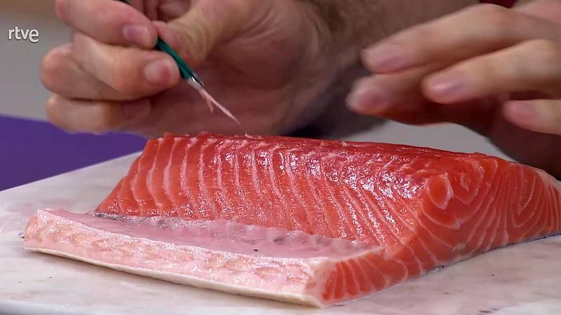 Miguel Ángel Muñoz nos enseña como quitar las espinas al salmón.