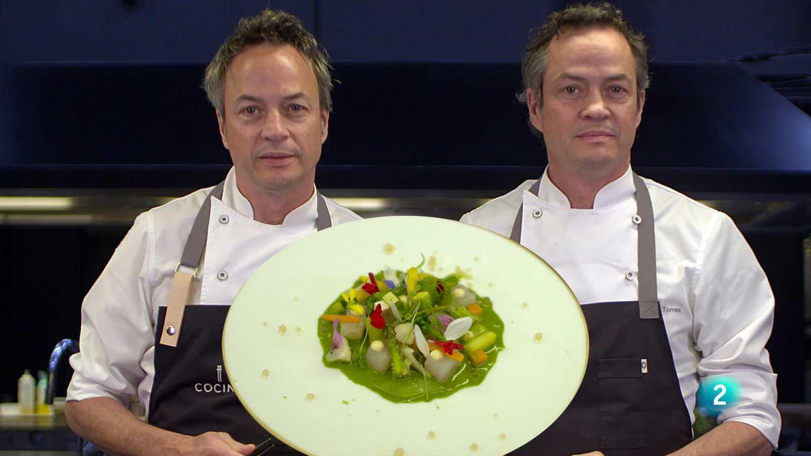Els germans Torres ens ensenyen a cuinar un plat per enamorar: llobarro marinat amb sal de cítrics, verdures de primavera i emulsió d'herbes i flors.
