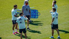 Luis Enrique dirige el entrenamiento de los jugadores convocados en una 'burbuja paralela'