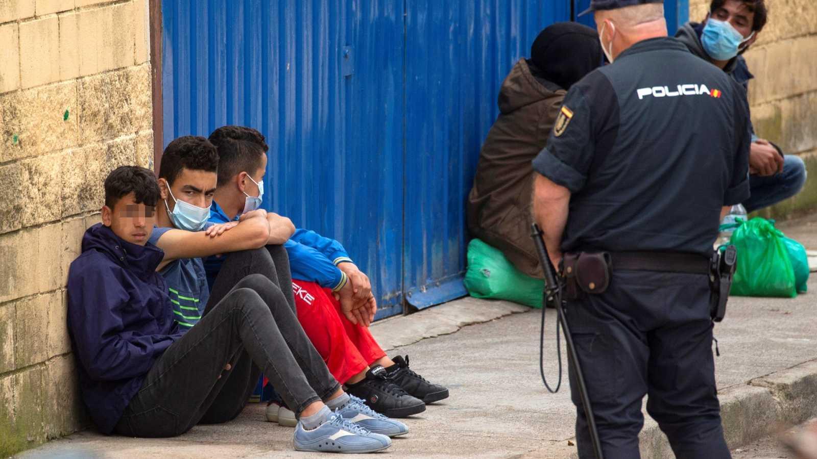 Cerca de 400 menores migrantes continúan hacinados en tres almacenes de Ceuta