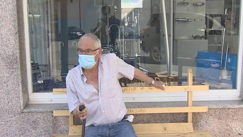 Un jubilado gallego fabrica un banco para que su mujer con artrosis pueda descansar durante los paseos