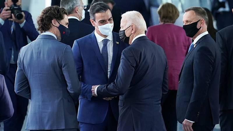 El encuentro entre Pedro Sánchez y Joe Biden se queda en un saludo de pasillo en la cumbre de la OTAN