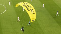 Un activista de Greenpeace pierde control de su paracaídas y aterriza en mitad del Francia-Alemania