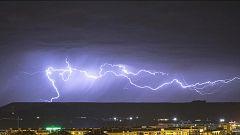 Chubascos y tormentas localmente fuertes y con granizo en el tercio noroeste peninsular. No se descartan en el interior del sureste peninsular.Temperaturas significativamente altas en Baleares y zonas del interior del nordeste peninsular