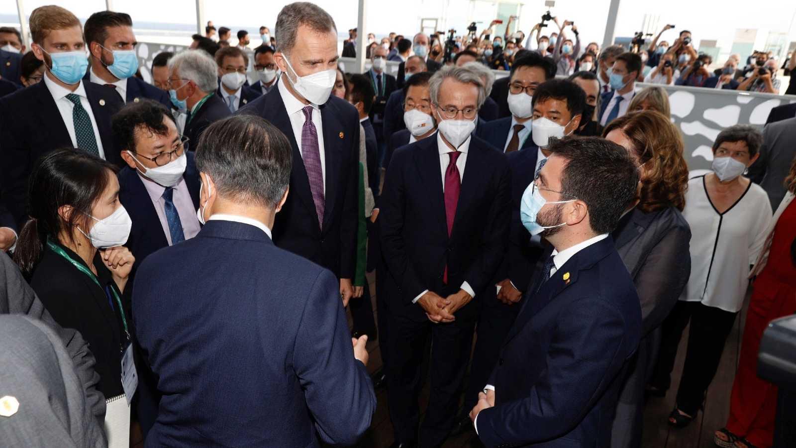Aragonès no recibe al rey pero conversa con él junto al presidente coreano