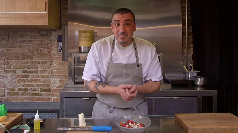 El xef, Arnau Muñío, del restaurant de cuina de fusió DIREKTE Boqueria ensenya a preparar 'sopa de primavera', un plat que porta marisc, picant i flors