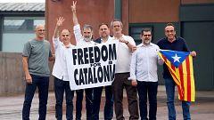 Los líderes independentistas catalanes salen de la prisión de Lledoners arropados por el independentismo
