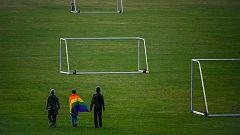 Ola multicolor frente al Allianz Arena de Munich tras la prohibición de la UEFA de iluminar el estadio con la bandera arcoiris