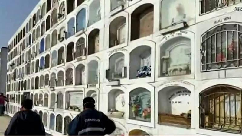 La pandemia obliga a cambiar las costumbres funerarias en Perú: urnas de mármol por féretros