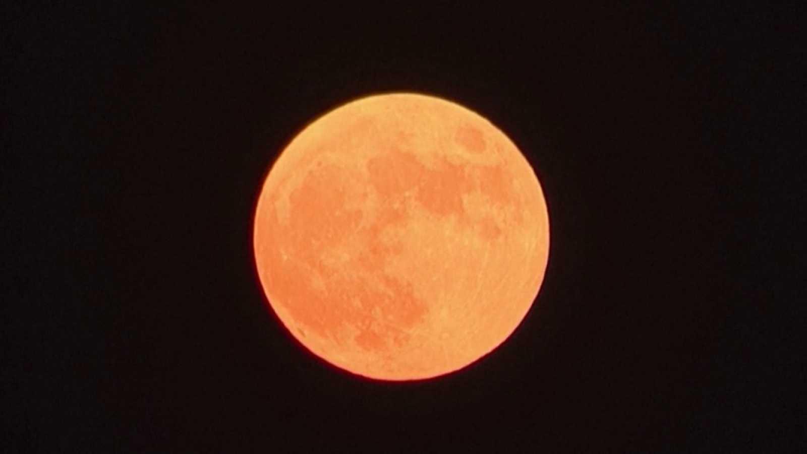 Así se ha visto la superluna de fresa, la última del año, desde Estambul